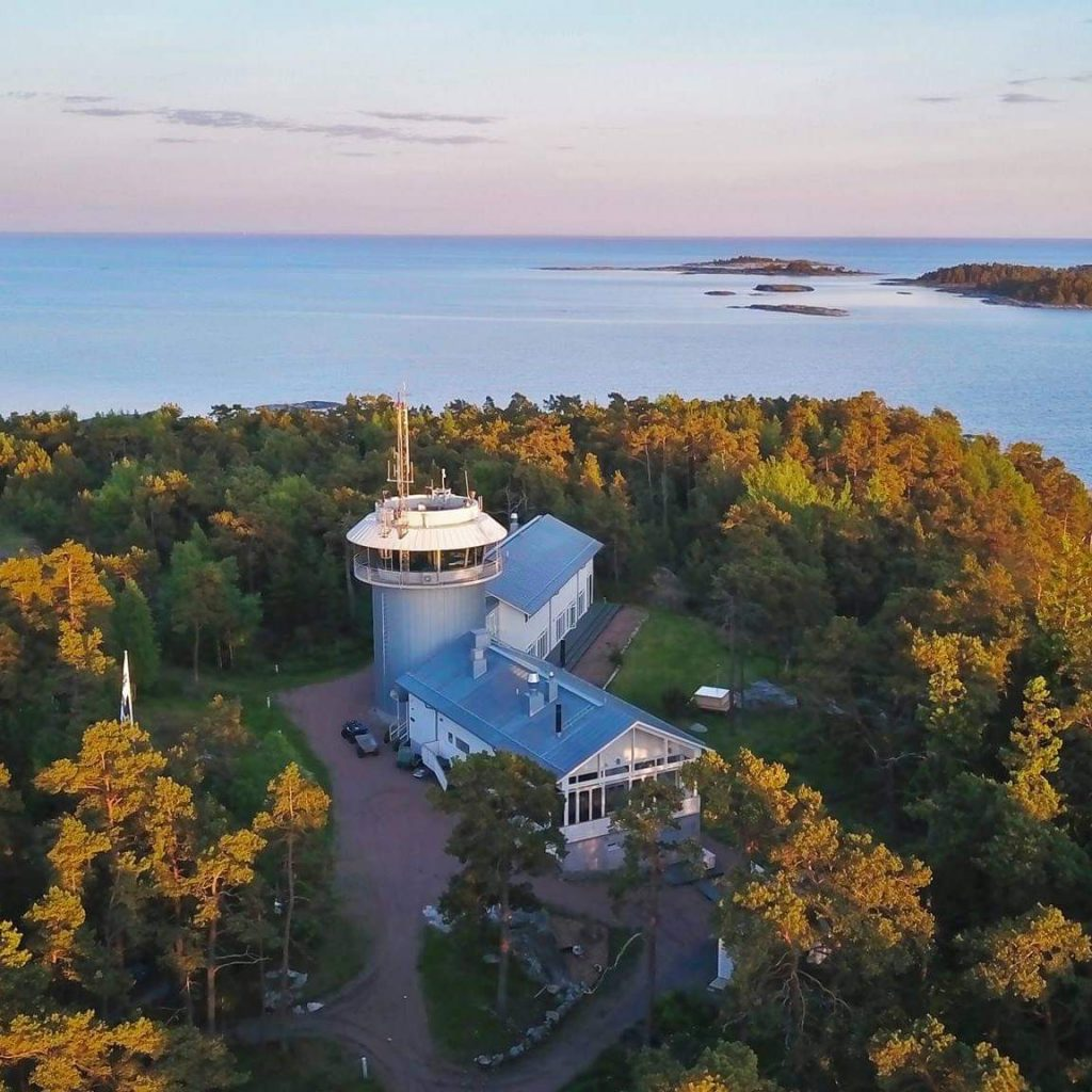 Syksyinenn ilmakuva Bågaskärin toimintakeskuksesta. Etualalla päärakennus, taustalla merimaisema.